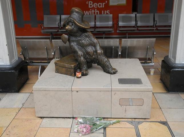 6月28日、英国の児童小説「くまのパディントン」の作者として知られるマイケル・ボンド氏が27日死去した。91歳だった。写真はロンドンのパディントン駅で28日撮影(2017年 ロイター/Toby Melville)