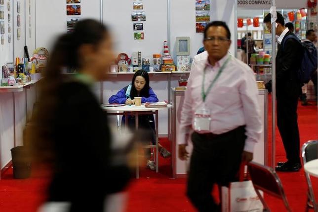 6月29日、国営新華社通信によると、中国の邱小チー(王へんに其)駐メキシコ大使は、中国がメキシコとの自由貿易協定(FTA)交渉に前向きだと表明した。写真は、メキシコ市で開催された中国家具の展示会。13日撮影(2017年 ロイター/Carlos Jasso)