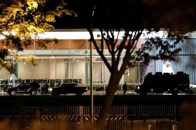 6月28日、ブラジルの治安部隊は、未成年者とみられる男が自動車でブラジルの大統領公邸の門を強行突破し、逮捕されたと発表した。写真は自動車の突入事件後に警察と軍が警備を強化した大統領公邸(2017年 ロイター/Ueslei Marcelino)