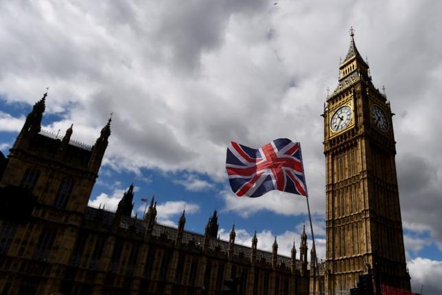 6月28日、英下院で公共サービス従事者の昇給の上限を撤廃するため野党労働党が提出した議案が、323対309で否決された。与党保守党が民主統一党(DUP)から閣外協力を得ることで合意して以来、初の採決だった。写真はロンドンの国会議事堂。7日撮影(2017年 ロイター/Clodagh Kilcoyne/File Photo)