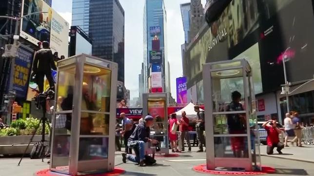 6月28日、アフガニスタン系米国人アーティスト、アマン・モジャディディさんのインスタレーション作品「ワンス・アポン・ア・プレース」では、米ニューヨークのタイムズスクエアに設置された昔ながらの公衆電話ボックスの受話器をとると、移民としてこの地にやってきた人々が語るそれぞれの物語を聞くことができる。写真はロイタービデオの映像から(2017年 ロイター)