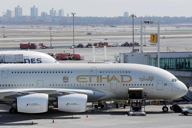 7月2日、米政府は、アラブ首長国連邦(UAE)のエティハド航空に対する米国便へのラップトップ機内持ち込み禁止措置について、警戒強化基準を満たしたとして解除した。写真はJFK国際空港で3月撮影(2017年 ロイター/Lucas Jackson)