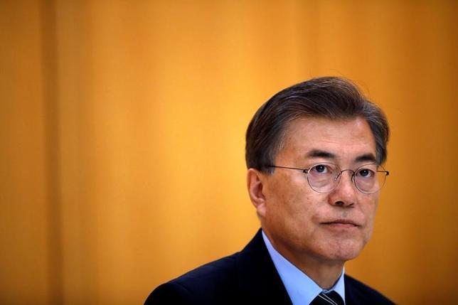 7月4日、韓国の文在寅(ムン・ジェイン)大統領は、北朝鮮が発射したミサイルについて、大陸間弾道ミサイル(ICBM)級である可能性について軍が分析している、と語った。青瓦台(大統領府)で6月撮影(2017年 ロイター/Kim Hong-Ji)