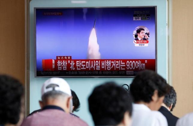 7月4日、防衛省は、北朝鮮が同日午前に発射した弾道ミサイルについて、2500キロを大きく超える高度に到達したと発表した。約40分間、約900キロを飛行して、日本の排他的経済水域(EEZ)に落下したようだとしている。写真はソウルで撮影(2017年 ロイター/Kim Hong-Ji)