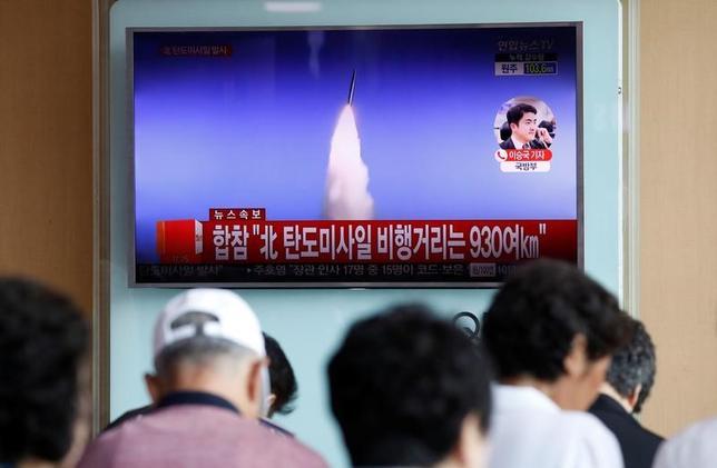 7月4日、北朝鮮は、同国西岸から弾道ミサイル1発を発射した。ミサイルは2500キロを大幅に超える高度に達し、約40分間、930キロ飛んで日本の排他的経済水域(EEZ)に落下したとみられる。写真はソウルで撮影(2017年 ロイター/Kim Hong-Ji)