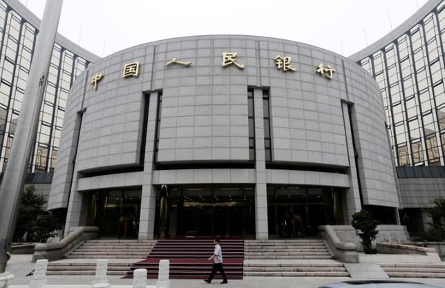 7月4日、中国人民銀行は、国内の影の銀行(シャドーバンキング)への規制は不十分とし、金融リスクの抑制を強める方針を示した。写真は北京の本店、2013年6月撮影(2017年 ロイター/Jason Lee)