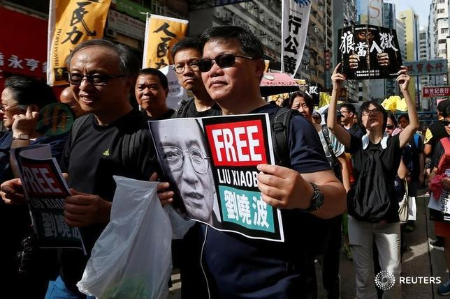 7月5日、ノーベル平和賞を受賞した中国の民主活動家、劉暁波氏(61)が末期がん治療のために入院している遼寧省瀋陽の病院が、米国やドイツから専門医を招くことを決めた。写真は劉氏の即時解放を求める香港の市民。今月1日撮影(2017年 ロイター/Tyrone Siu)