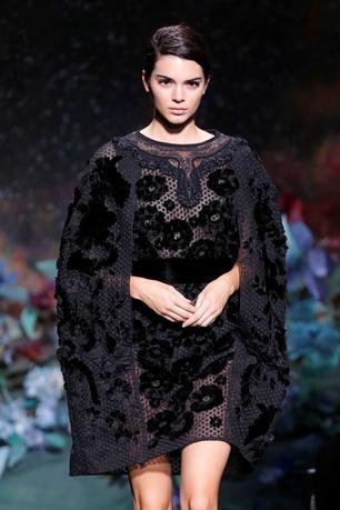 7月5日、イタリアの高級ファッションブランド「フェンディ」は、2017/18秋冬オートクチュールコレクションのショーをパリで開催した。人気モデルのケンダル・ジェンナーは、袖がケープのようにみえる黒いメッシュドレスで登場した(2017年 ロイター/Charles Platiau)