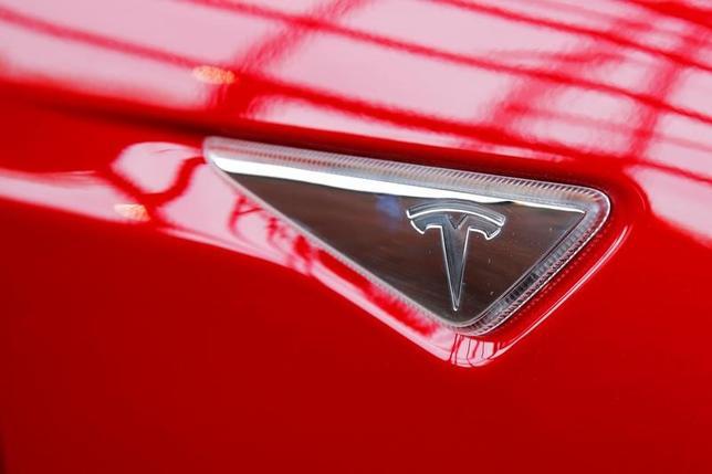 7月5日、スウェーデン自動車大手ボルボ・カー・グループが、米電気自動車(EV)大手テスラに衝撃を与えた。写真はテスラのロゴ。NY市で昨年4月撮影(2017年 ロイター/Lucas Jackson)