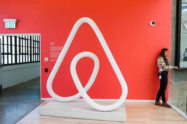 7月5日、フランスのパリ市議会は、米エアビーアンドビー(Airbnb)など民泊仲介サイトを通じて物件を賃貸に出す場合には当局への登録を義務付ける規則の導入を決めた。米サンフランシスコの同社オフィスで2016年2月撮影(2017年 ロイター/Gabrielle Lurie)