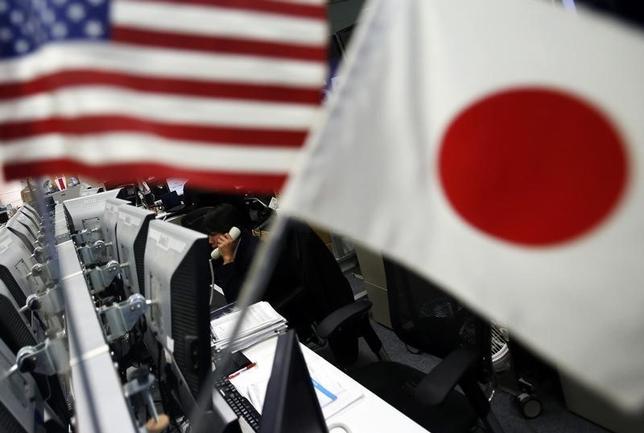 7月6日、午後3時のドル/円は、ニューヨーク市場午後5時時点に比べ、小幅にドル安/円高の113円前半。株安・米長期金利低下に加え、仲値公示付近で実需のドル売り/円買いも加わり、112円後半で滞留する時間が続いた。写真は都内で2014年1月撮影(2017年 ロイター/Yuya Shino)
