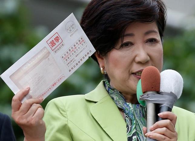 7月6日、若狭勝衆院議員は東京都議選で「都民ファーストの会」が圧勝したことを受け、自民党に対抗する保守の受け皿として、新たな国政政党を作る可能性に言及した。小池都知事、都内で先月23日撮影(2017年 ロイター/Issei Kato)
