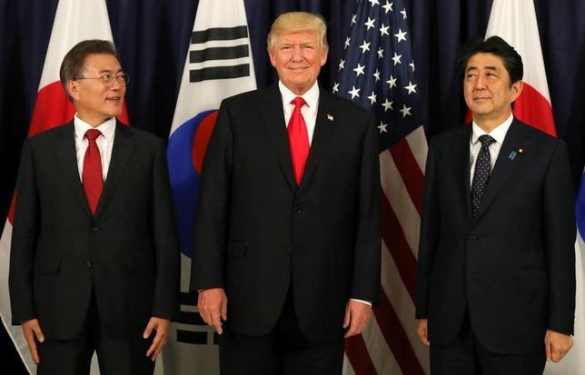 7月6日、安倍晋三首相(右)はG20首脳会合が開かれるドイツのハンブルクでトランプ米大統領(中央)、韓国の文在寅(ムン・ジェイン)大統領(左)と会談し、北朝鮮の核・ミサイル開発の抑止に向け中国にさらなる役割を果たすよう促すことで一致した(2017年 ロイター/Carlos Barria)