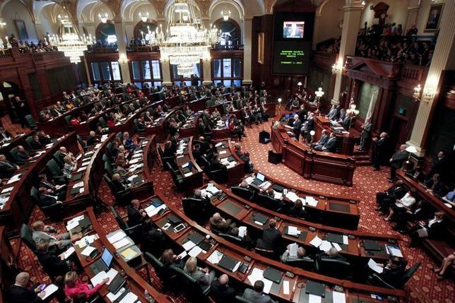 7月6日、米イリノイ州で2018年度予算が成立した。同州では、州議会と知事の対立で、予算案が2年間可決されていない異例の事態となっていた。写真はイリノイ州議会。2012年2月撮影(2017年 ロイター/Sarah Conard)