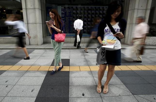 7月7日、東京株式市場で日経平均は続落。前日の米国株安を嫌気した売りが先行し、取引時間中として6月15日以来の安値水準を付けた。安寄り後、日銀が国債買い入れの増額と「指値オペ」を通告すると国内長期金利が低下。写真は都内で2015年9月撮影(2017年 ロイター/Yuya Shino)
