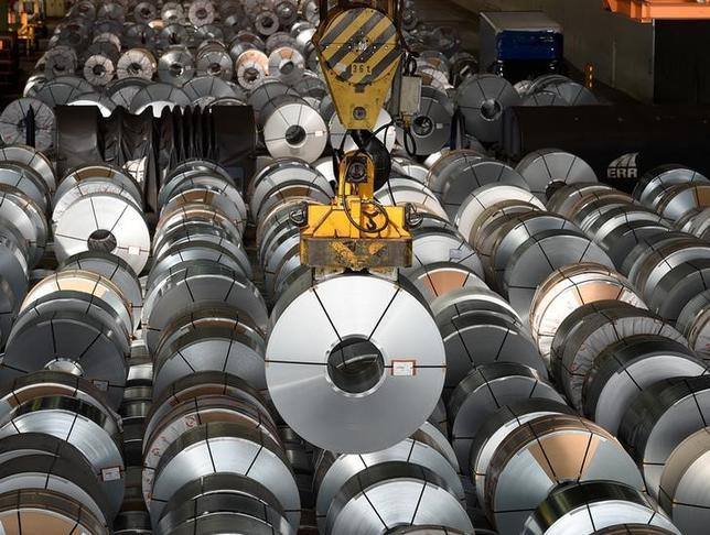 7月7日、ドイツ経済省が発表した5月の鉱工業生産指数は、前月比1.2%上昇となり、ロイターがまとめた市場予想の0.3%上昇を上回った。製造業が第2・四半期の経済成長率を下支えする要因になるとの見方が強まっている。写真は写真はドイツのザルツギッターの製鉄会社で2016年3月撮影(2017年 ロイター/Fabian Bimmer)