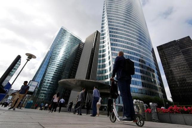 7月7日、フランス政府は、国内で銀行に課している費用の一部を撤廃するほか、欧州の他国と比べて過剰に金融セクターを規制することはないと約束した。写真はパリ近郊のビジネス街、6月撮影(2017年 ロイター/Gonzalo Fuentes)