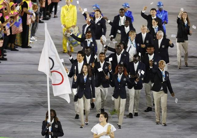 7月9日、国際オリンピック委員会(IOC)は、2020年の東京五輪でも難民五輪選手団を継続する方針を明らかにした。写真は、リオデジャネイロ五輪の開幕式で入場行進する難民五輪選手団。2016年8月撮影(2017年 ロイター/Stoyan Nenov)