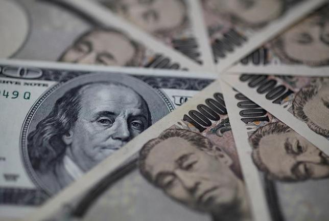 7月10日、正午のドル/円は、前日ニューヨーク市場午後5時時点と比べ、ややドル高/円安の114.11/13円だった。写真はドルと円の紙幣、2013年2月撮影(2017年 ロイター/Shohei Miyano)