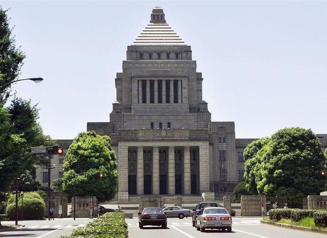 7月10日、前川喜平・前文部科学次官は、学校法人「加計学園」の獣医学部新設計画を巡る問題について、国家戦略特区を担当する内閣府が仕事を進めるにあたって「その背景に官邸の動きがあったと思う。中でも和泉洋人首相補佐官がさまざまな動きをしていたことは明らか」と語った。写真は国会議事堂、2000年8月撮影(2017年 ロイター)
