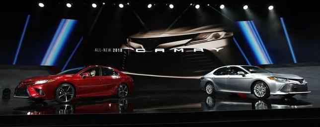 7月10日、トヨタ自動車は、約6年ぶりに全面改良した主力セダン「カムリ」を国内で発売した。日米などの主力市場でセダンはスポーツ用多目的車(SUV)に需要を奪われている。写真はデトロイトのオートショーで1月撮影(2017年 ロイター/Mark Blinch)