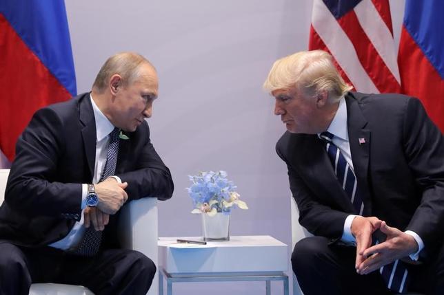 7月10日、ドイツで開催された20カ国・地域(G20)首脳会議でロシアのシェルパ(首脳の補佐役)を務めたスベトラーナ・ルカシュ氏は、米ロ首脳会談(写真)でプーチン大統領が提案した二国共同のサイバーセキュリティー組織が直ちに実現するとは思わないと述べた。7日撮影(2017年 ロイター/Carlos Barria)