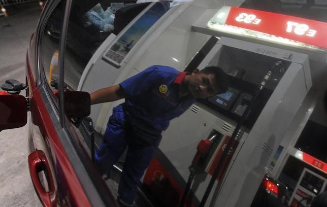 7月12日、アジア市場で原油先物は続伸。米エネルギー情報局(EIA)が2018年の米国原油生産予想を前月から下方修正したほか、米国内の原油在庫減少が示されたことが寄与した。安徽省合肥のガソリンスタンドで2012年9月撮影(2017年 ロイター/Stringer)