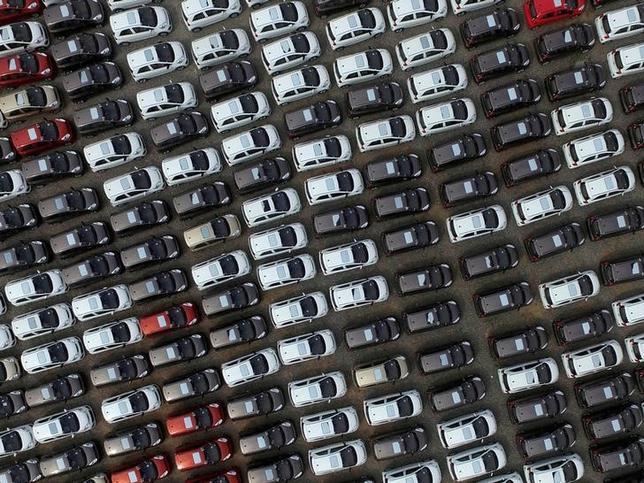 7月12日、米コンサルティング会社アリックスパートナーズは公表した自動車業界に関する報告書の中で、2020年までに世界で発売が予定されている103種の電気自動車(EV)の新モデルのうち49種を中国の自動車メーカーが生産するとの見方を示した。写真は河北省ケイ台市の自動車工場に駐車されている電気自動車。2016年4月撮影(2017年 ロイター)