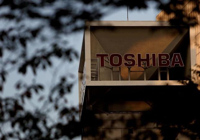 7月13日、東芝 は、同日付の朝日新聞が2017年3月期の有価証券報告書で監査を担当するPwCあらた監査法人が意見不表明とすると報じたことについて、そうした事実はないとのコメントを発表した。写真は都内で2015年11月撮影(2017年 ロイター/Yuya Shino)