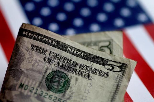 7月13日、正午のドル/円は、前日ニューヨーク市場午後5時時点と比べ、ややドル安/円高の113.02/04円だった。写真はドル紙幣、6月撮影(2017年 ロイター/Thomas White)
