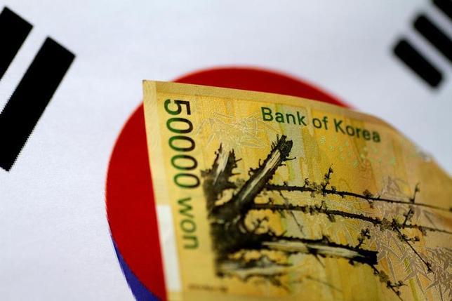 7月13日、韓国銀行(中央銀行)は、政策金利を過去最低の1.25%に据え置くことを決定した。景気見通しは引き上げたものの、消費の弱い状況を踏まえ、世界の流れに乗じてタカ派に転じることは踏みとどまった。写真は5月撮影(2017年 ロイター/Thomas White)