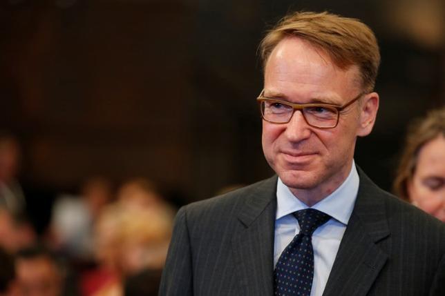 7月13日、欧州中央銀行(ECB)理事会メンバーのワイトマン独連銀総裁はクリーン・エネルギーの促進は金融政策の目的ではないとし、ECBが債券購入プログラムにおいて、温暖化や環境対策などへの資金を調達するための債券である「グリーンボンド」を選好するべきではない、との見方を示した。6月撮影(2017年 ロイター/Axel Schmidt)