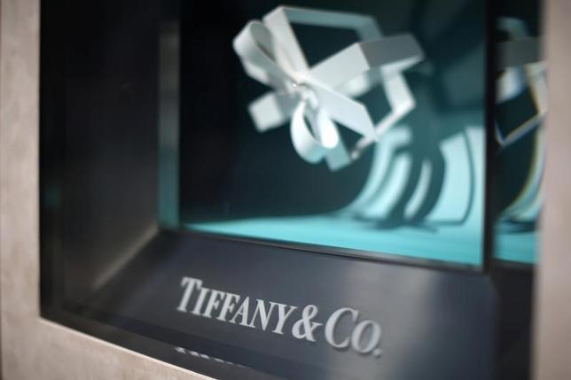 7月13日、米宝飾品大手ティファニーは、ブルガリの元幹部アレッサンドロ・ボリオーロ氏が10月2日付で最高経営責任者(CEO)に就任すると発表した。3月撮影(2017年 ロイター/Lucy Nicholson)