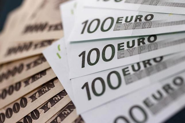 7月14日、来週の外為市場では、欧州中央銀行(ECB)理事会を経てユーロの底堅さが持続するかに関心が寄せられている。金融政策の正常化への思惑がECBの声明や総裁会見であらためて確認されるかが焦点になる。ユーロ/円などクロス円が堅調となれば、ドル/円の支えになるとみられている。写真は都内で2010年9月撮影(2017年 ロイター/Yuriko Nakao)