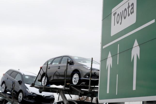 7月14日、英政府がトヨタ自動車による英バーナストン工場への2億4000万ポンド超の投資取り付けに向け、EU離脱後の状況を巡りトヨタ側の不安を取り除く内容を盛り込んだ書簡をトヨタに送っていたことが関係筋の話から明らかになった。写真は同工場から出荷されるトヨタ車。3月撮影(2017年 ロイター/Darren Staples)