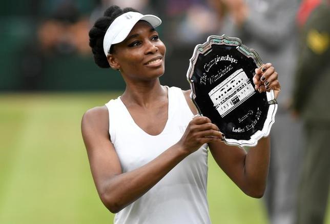 7月15日、テニスのウィンブルドン選手権、女子シングルス決勝、ビーナス・ウィリアムズ(写真)はガルビネ・ムグルサに5─7、0─6で敗れ、同大会6回目の優勝は果たせなかった(2017年 ロイター/Tony O'Brien)