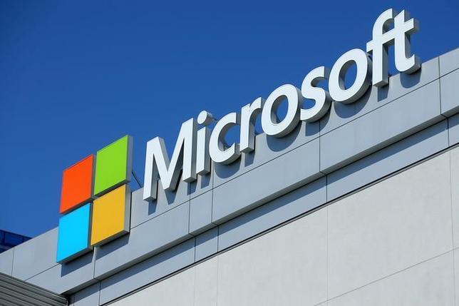 7月14日、17日から始まる週の米株式市場では、マイクロソフトや米銀大手の決算が注目される見通し。写真はマイクロソフトのロゴ、6月ロサンゼルスで撮影(2017年 ロイター/Mike Blake)