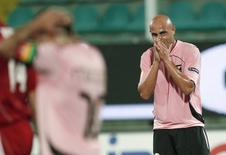 اللاعب الايطالي ماسيمو مكاروني في صورة من أرشيف رويترز