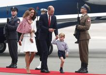 الأمير وليام وزوجته كيت بصحبة طفليهما الأمير جورج والأميرة تشارلوت عند وصولهم مطار عسكريا في وارسو يوم الاثنين - رويترز.