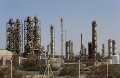 خطوط أنابيب نفط في ميناء البرقة النفطي بليبيا في صورة التقطت يوم 12 يناير كانون الثاني 2017. تصوير: عصام عمران الفيتوري - رويترز.