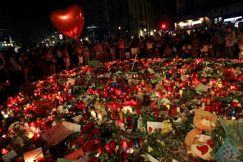 Christmas In Barcelona Spain.Spain Hunts For Driver In Van Rampage Says Islamist Cell