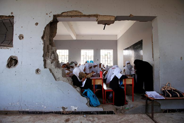 Girls attend a class at their school, damaged by a recent Saudi-led air strike, in the Red Sea port city of Hodeidah, Yemen. October 2017. REUTERS/Abduljabbar Zeyad