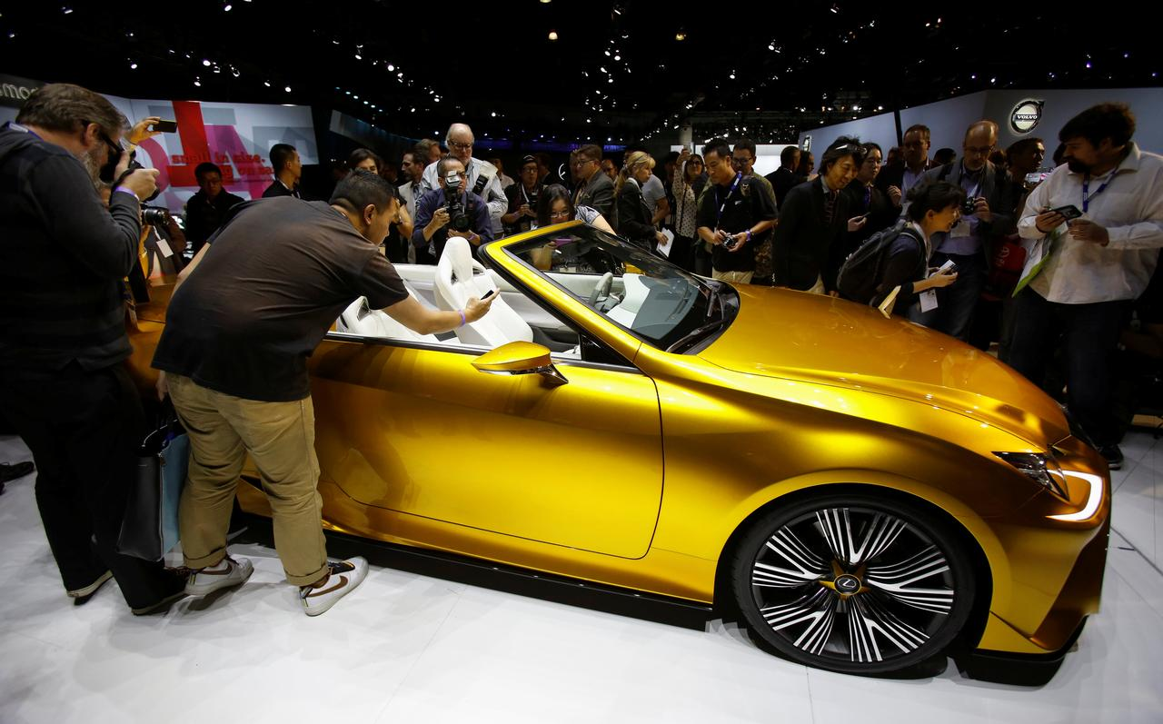 Automakers struggle with the future in Los Angeles