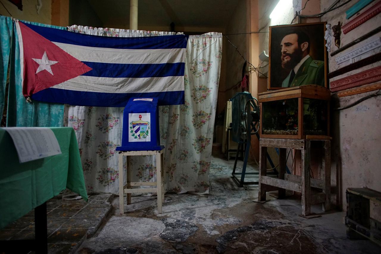 Un seggio elettorale decorato con l'immagine del defunto presidente cubano Fidel Castro pochi istanti prima della sua apertura al pubblico a L'Avana, Cuba, il 26 novembre 2017. Credits to: REUTERS/Alexandre Meneghini.