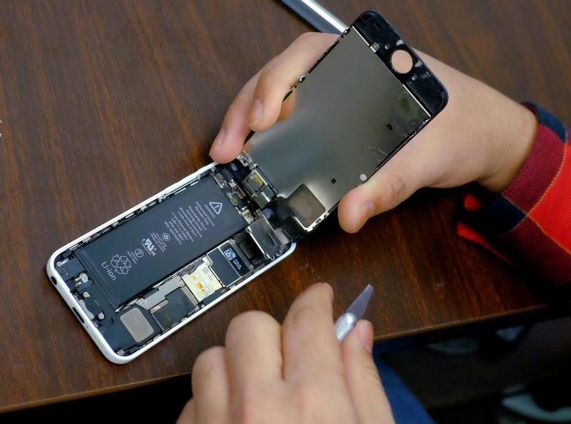 1a13be54ed [28日 ロイター] - 米アップル( AAPL.  O)は28日、スマートフォン「iPhone(アイフォーン)」の旧機種の動作を遅くしたことについて謝罪するとともに、電池 ...