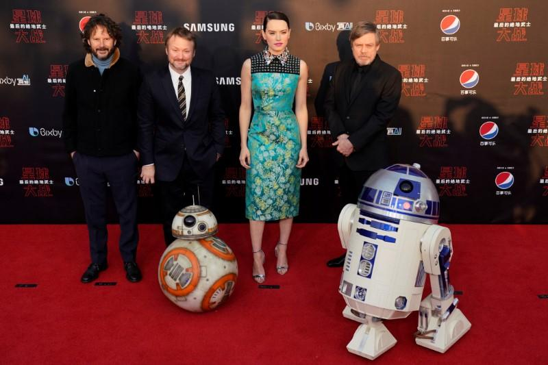 Box Office Star Wars The Last Jedi Holds Off Jumanji On New Years Weekend Reuters