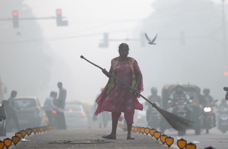 A street cleaner works in heavy smog in Delhi, India, November 10, 2017. Cathal McNaughton
