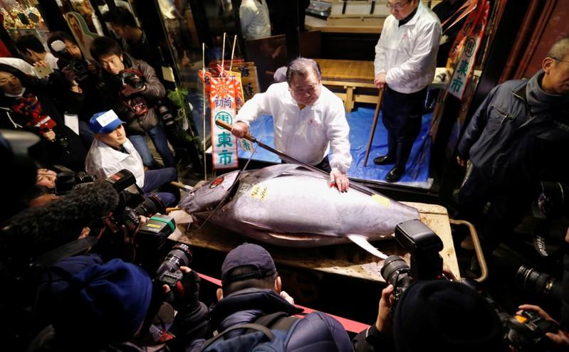 Tuna goes for $323,000 at Tokyo fish market's final New Year auction