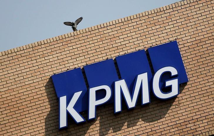 U S  says audit watchdog staff helped KPMG pass audit
