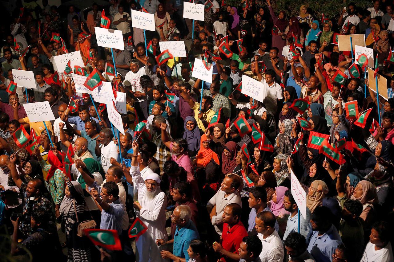 I sostenitori dell'opposizione protestano contro il governo per chiedere il rilascio dei detenuti politici, tra cui l'ex presidente Mohamed Nasheed, a Male, Maldive, il 4 febbraio 2018. Credits to: Reuters/Stringer.